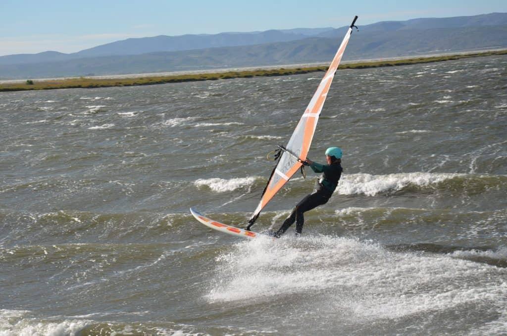 Fortgeschrittene Windsurferin